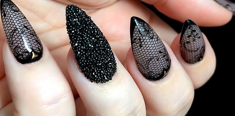 Такой кружевной дизайн ногтей органично дополнит любое вечернее платье.