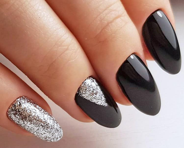 Стильно выглядит дизайн ногтей черный с серебром.