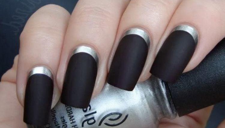 Черные матовые ногти роскошно смотрятся в дизайне с лунками.