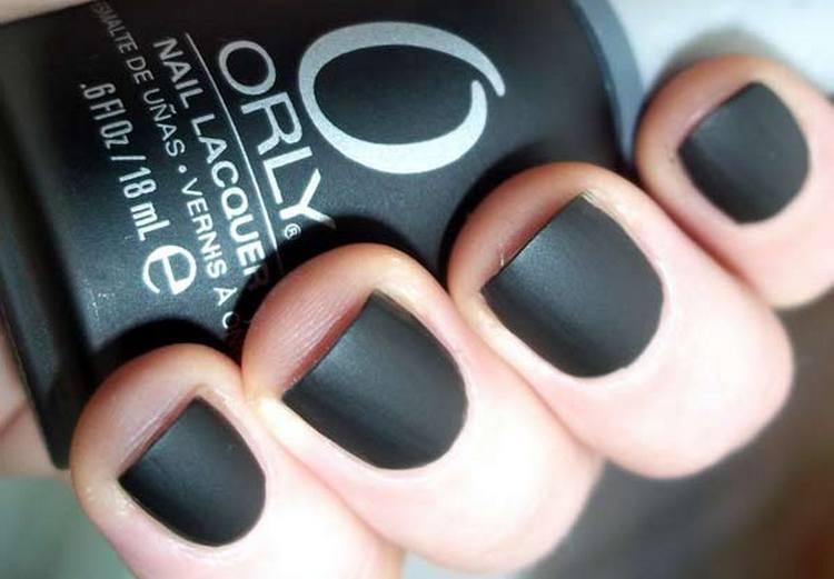 А вот фото дизайна черных матовых ногтей.