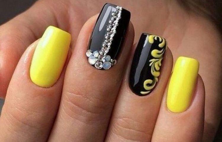 А вот красивый дизайн ногтей желтый с черным.