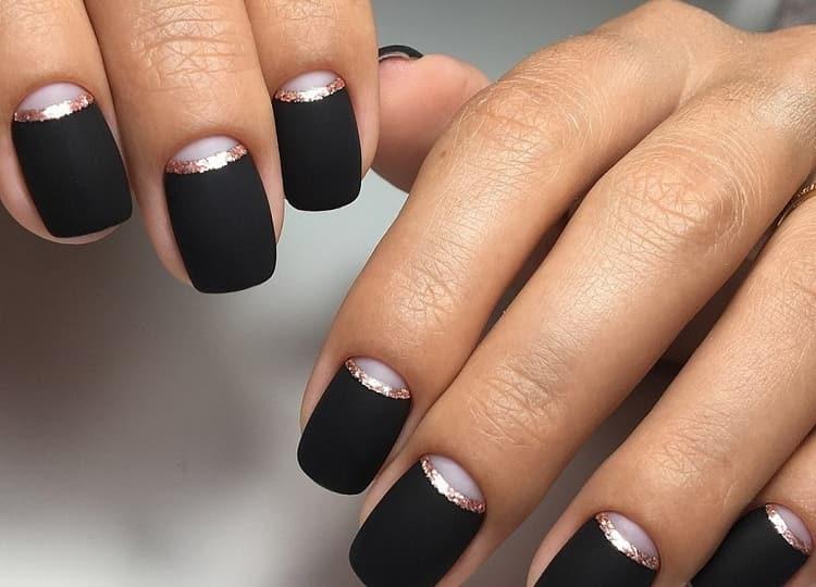 Очень стильно выглядит черный лунный маникюр.