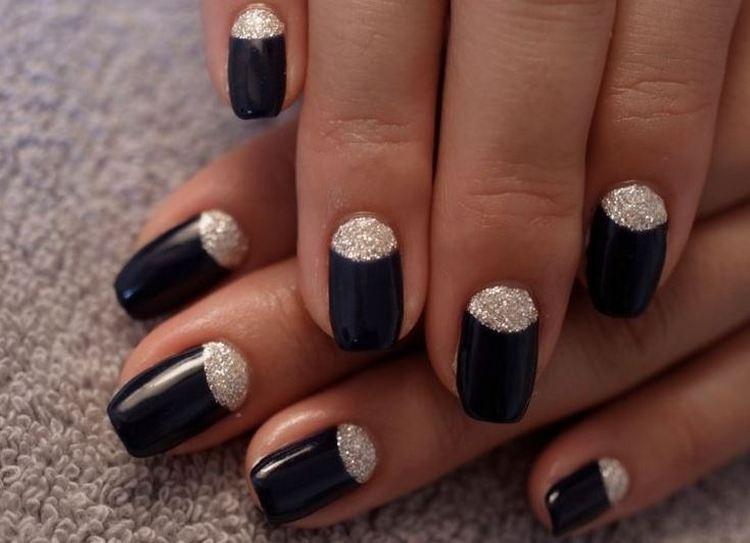 Дизайн ногтей с черным лаком можно органично дополнить золотом.