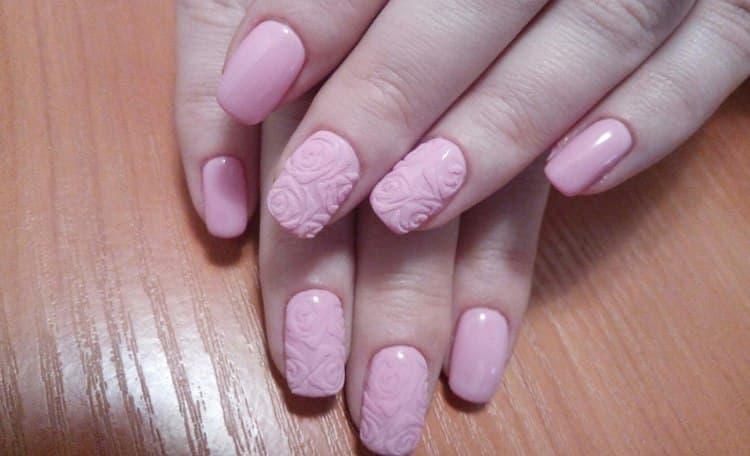 Объемные изображения на ногтях тоже будут уместными.