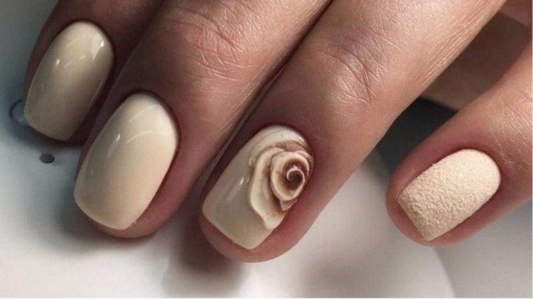 Объемный рисунок на ногтях в нюдовых тонах будет актуальным для любой длины.