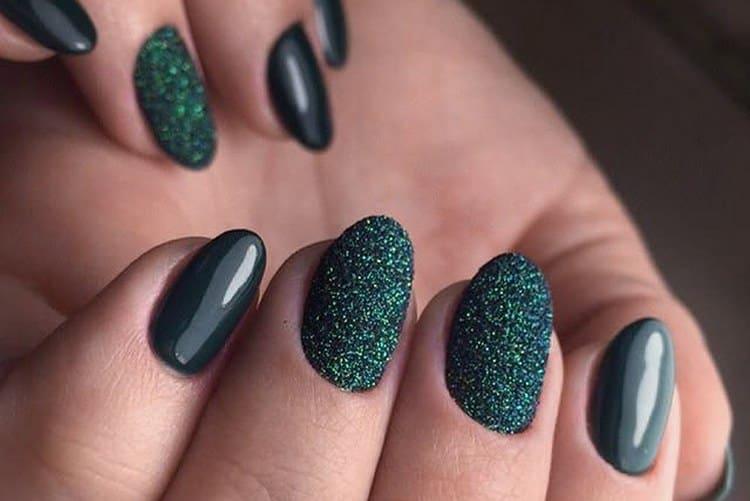 Темный дизайн коротких ногтей можно дополнить блестками.