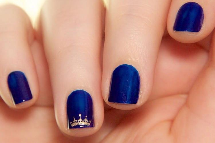 Темное покрытие ногтей можно украсить небольшим декором, но не перебарщивать.