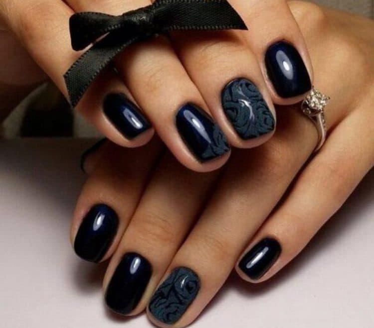 А вот фото дизайна для черных коротких ногтей.