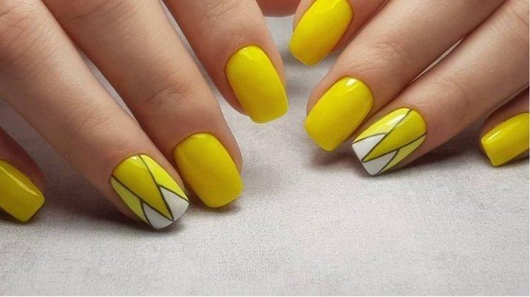 Яркий желтый даже на коротких ногтях смотрится красиво.