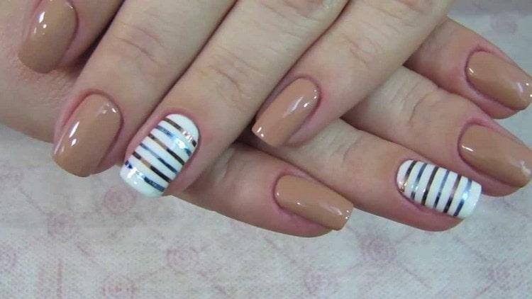 Дизайн с лентами на короткие ногти смотрится тоже очень красиво.