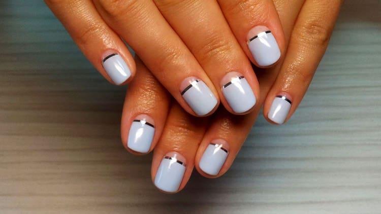 Ленты можно расположить вроде бы незаметно на ногтях.