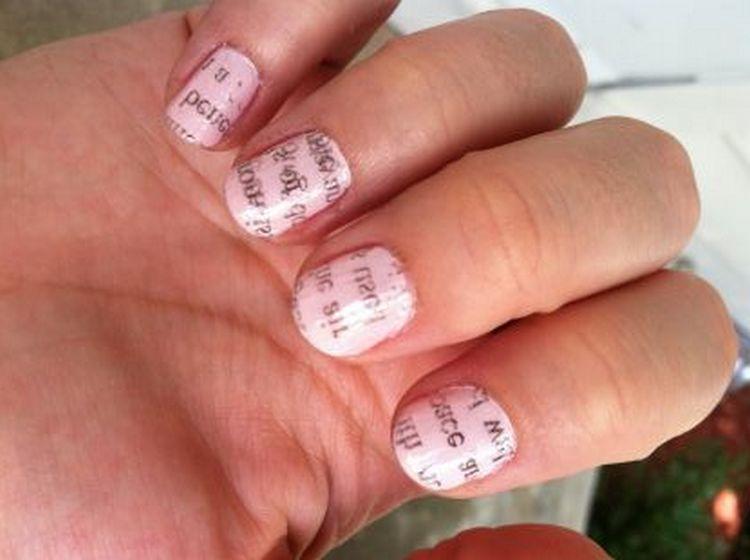 очень модные и надписи на коротких ногтях.
