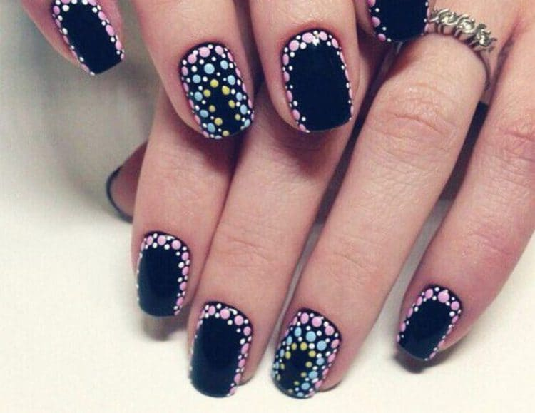 очень модно выглядят точечные рисунки на коротких ногтях.