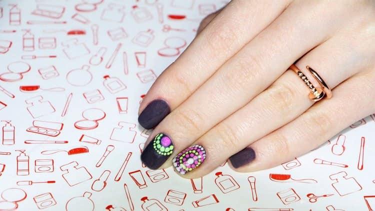 В домашних условиях легко можно сделать точечный дизайн ногтей.
