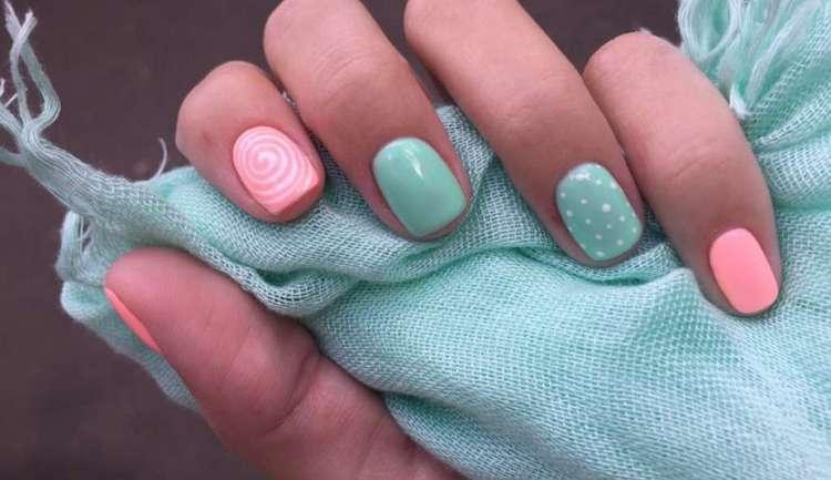 Летом короткие ногти можно накрасить пастельными лакам разного цвета.