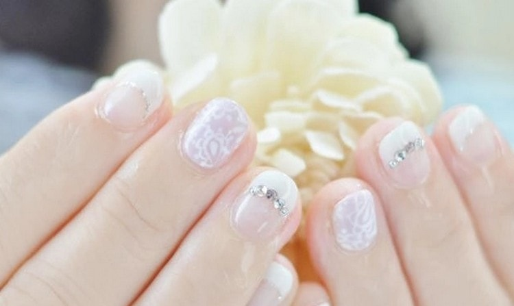 А вот нежный дизайн на короткие ногти.