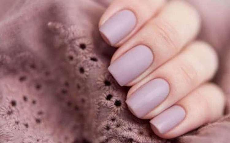 Нюдовые тона на нарощенных ногтях выглядят более сдержанно.