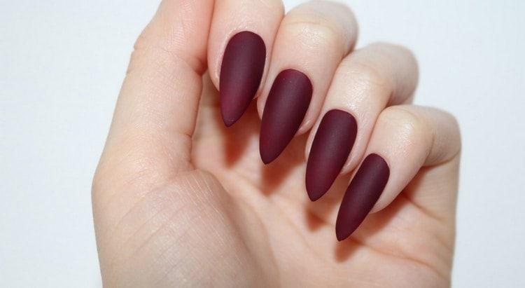 матовый бордовый цвет ногтей выглядит очень богато.