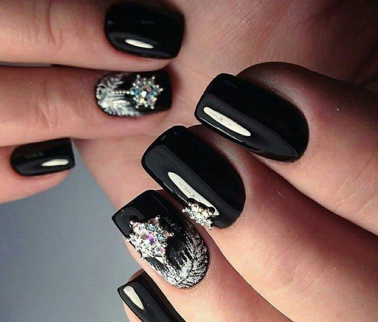 Стразы и блестки всегда актуальны на черных ногтях.