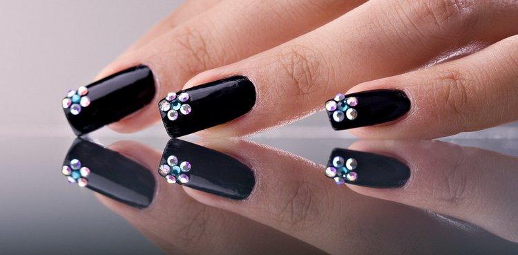 Минималистический дизайн черных ногтей с декором.
