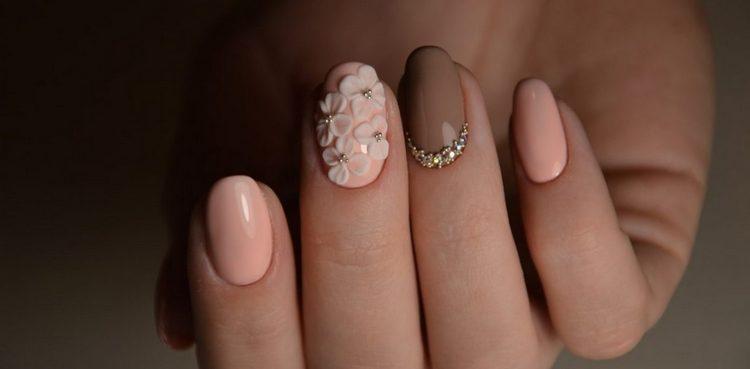 нежнейшее украшение из цветочков на ногтях.