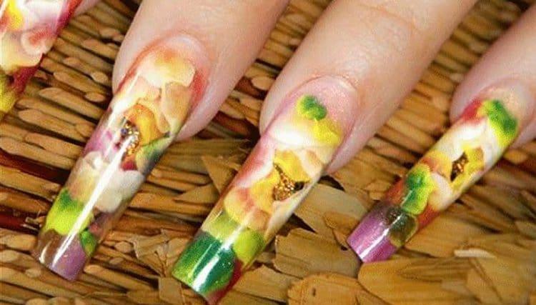 Вариант маникюра для любительниц цветов на ногтях.