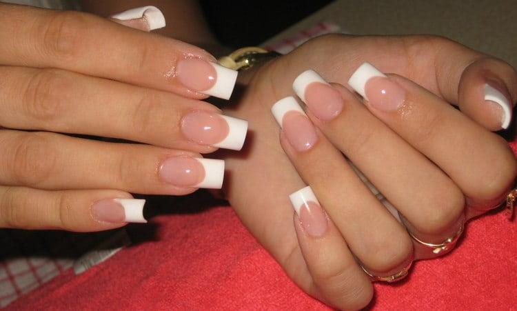 А вот фото дизайна нарощенных ногтей френч.