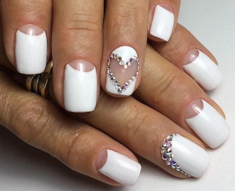В дизайне коротких нарощенных ногтей лучше обратиться к светлым цветам.