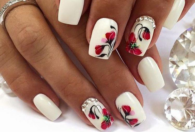 Посмотрите фото дизайна белых ногтей на руках.
