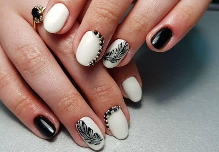 Для старшего возраста подойдут черные рисунки на белых ногтях.