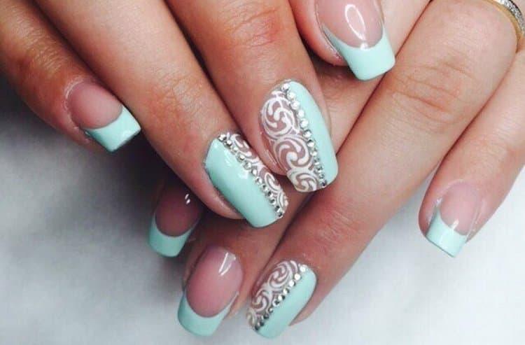 Очень нежно выглядит дизайн ногтей мятный с белым.