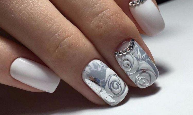 Дизайн ногтей белый с серебром можно использовать в свадебном маникюре.