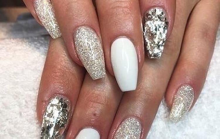 Белый с блестками смотрится очень красиво на ногтях.