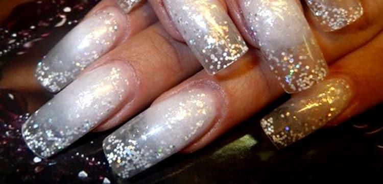 блестки очень красиво смотрятся на таких ногтях.