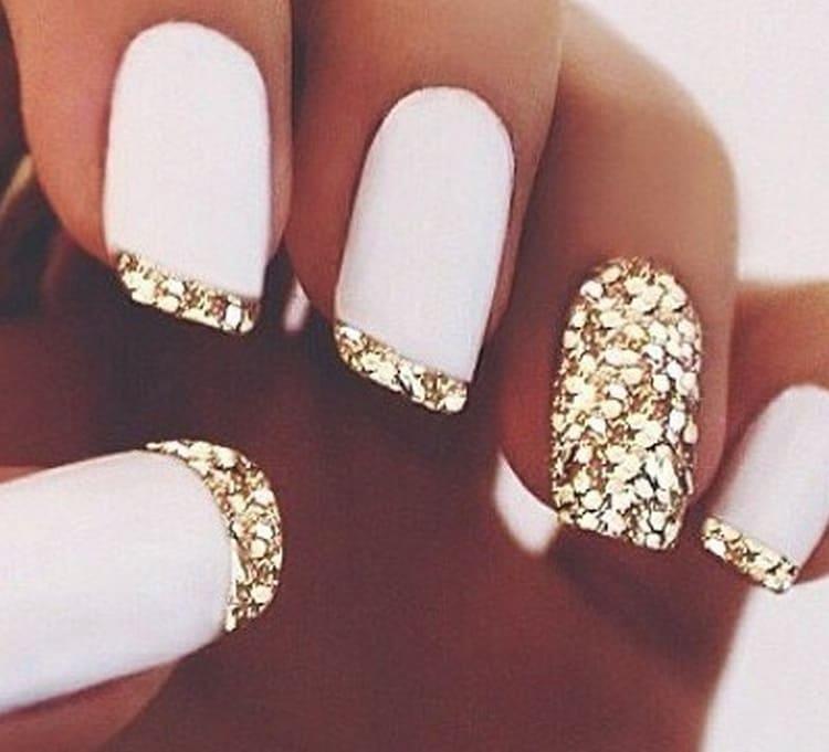 Золотистые блестки тоже богато выглядят на ногтях.
