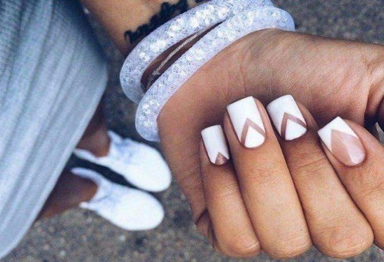 А вот простой и оригинальный дизайн ногтей с белым лаком.