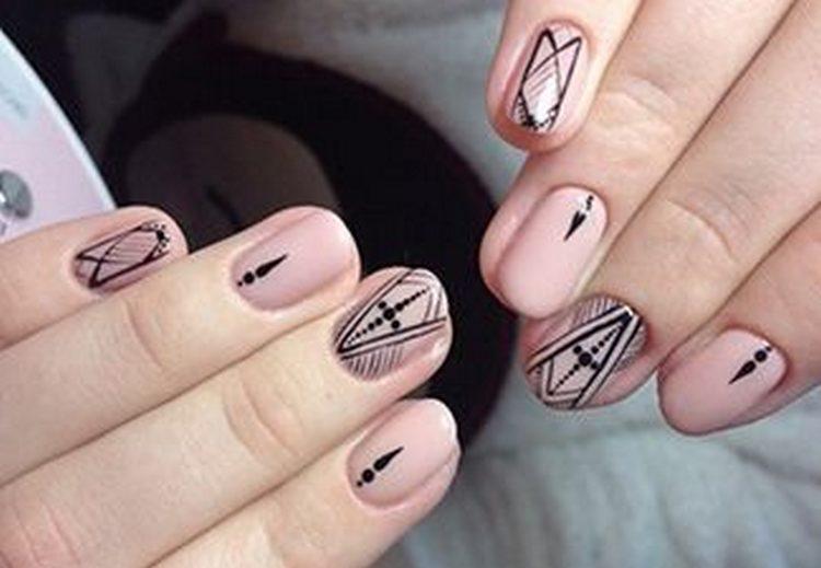 А вот геометрический дизайн ногтей на бежевом фоне.