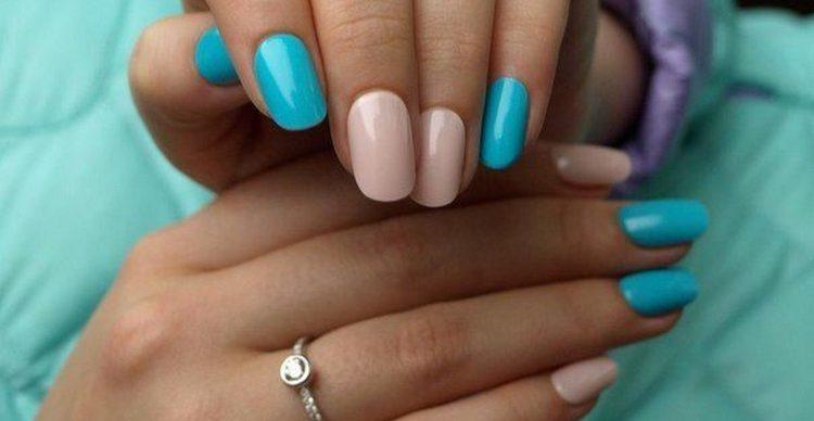 Стильно выглядит дизайн ногтей голубой с бежевым.