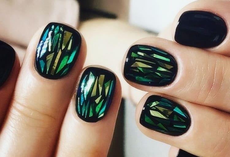 Зеленое битое стекло на черном лаке смотрится очень эффектно.