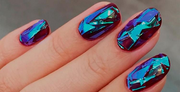 Поговорим о том, как сделать дизайн ногтей битое стекло.