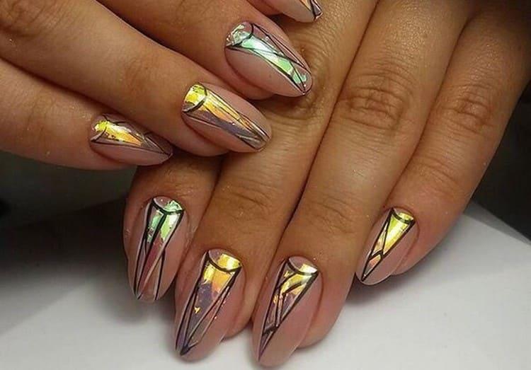 А вот стильный дизайн ногтей, который подойдет даже для офиса.