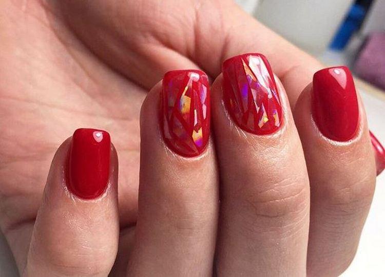 очень красиво выглядит битое стекло на фоне красного ногтя.