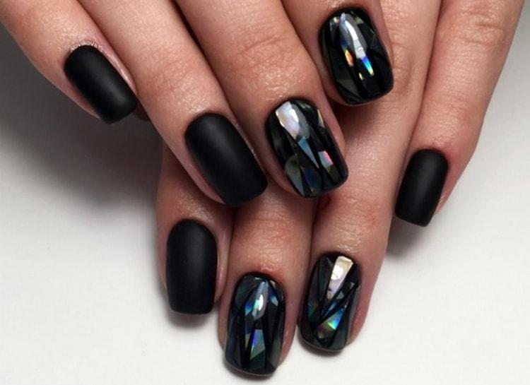 Стильный черный дизайн ногтей с битым стеклом.