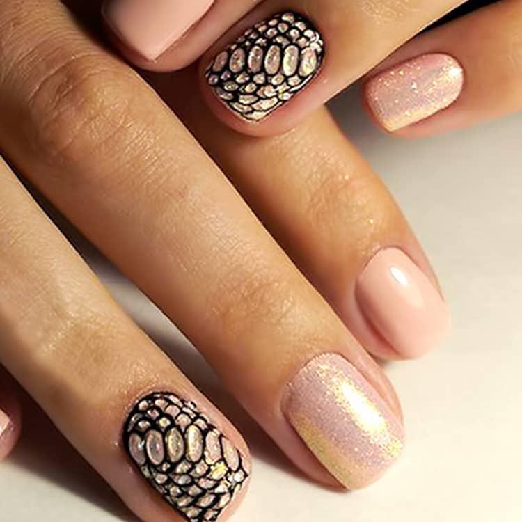 В такой технике можно также сделать имитацию змеиной кожи на ногтях.