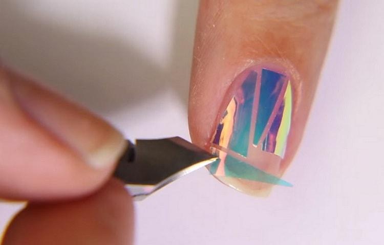 Посмотрите также видео о дизайне ногтей битое стекло.