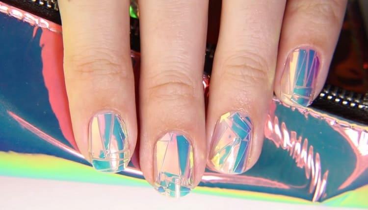 Посмотрите на фото, как выглядит дизайн ногтей с эффектом битого стекла.