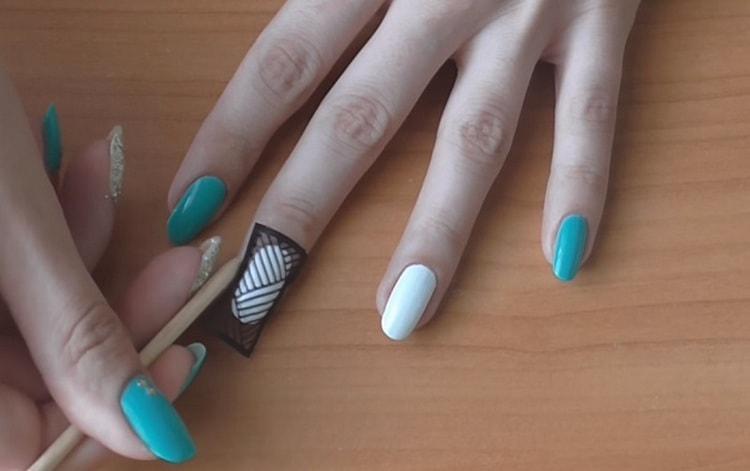 Посмотрите видео о дизайне ногтей для начинающих пошагово.