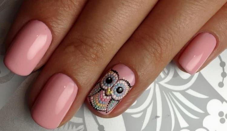 Симпатичная сова на ногтях из точек.
