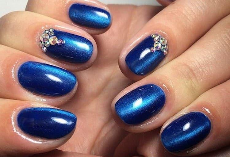 Глубокий синий тоже очень красиво выглядит в таком маникюре.