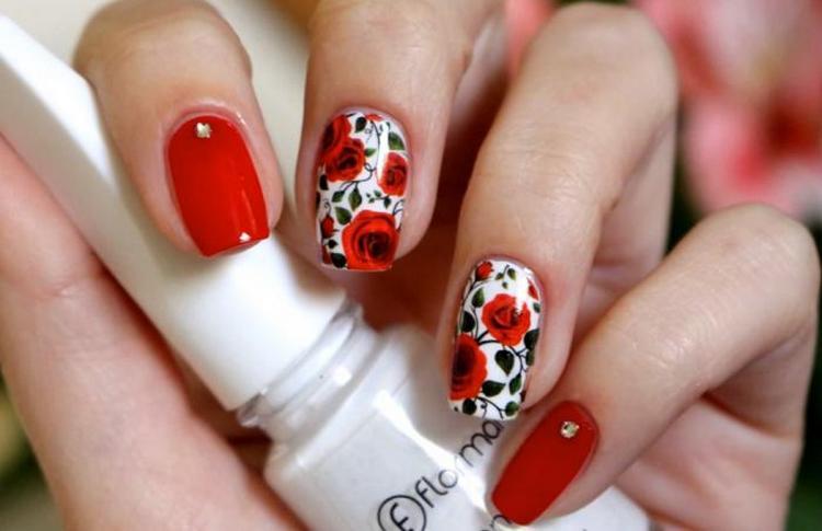 А вот фото красивого дизайна ногтей с красным гель-лаком.